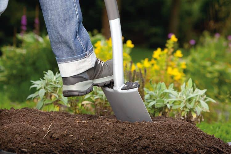 Перекопка и рыхление почвы - один из методов борьбы с муравьями, но не самый надежный.
