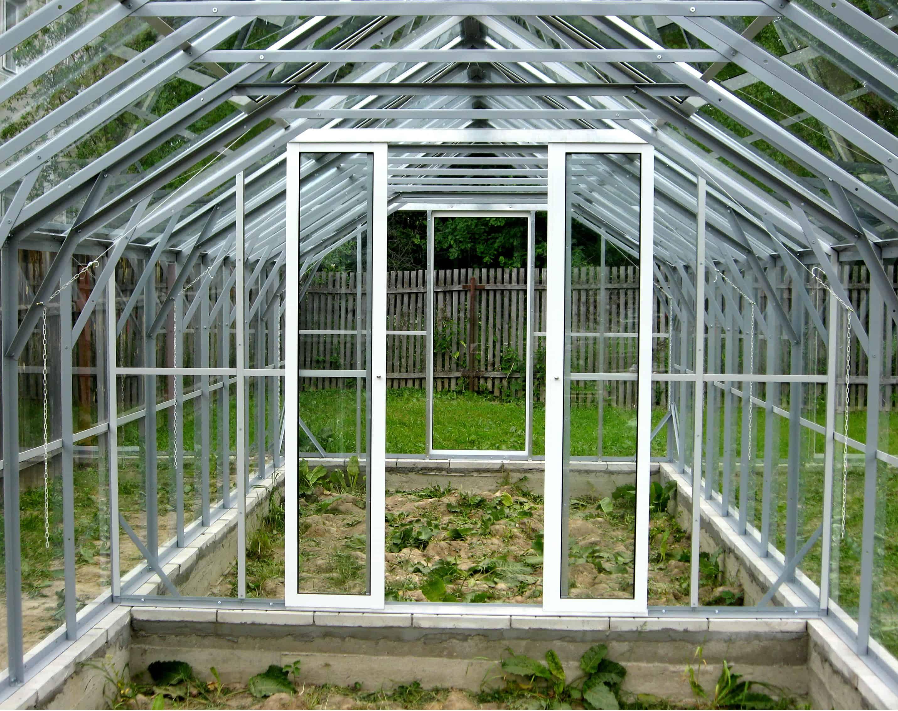 Отличный выход для совместного выращивания - разделение теплицы на отсеки.