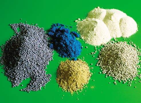 Минеральные удобрения бывают разного типа - для разных проблем почвы и растений.