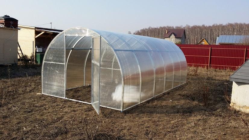 Профилированные панели поликарбоната - отличный материал для теплиц, но дорогой.